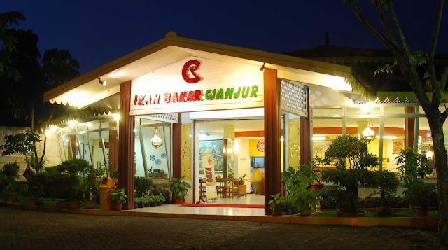 """يختص مطعم إيكان سيناجور بكر في جاكارتا بتقديم الأطباق المعروفة عند """"السودانية"""""""