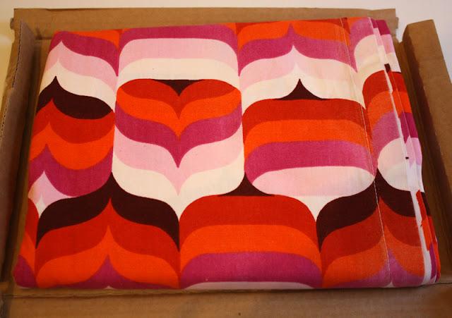 bunter Stoff in Päckchen Farben weiß, braun, pink, rosa, orange, rot