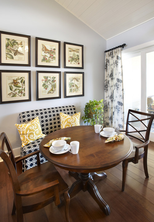 Header settees and dining tables - Interiors of small dining room ...