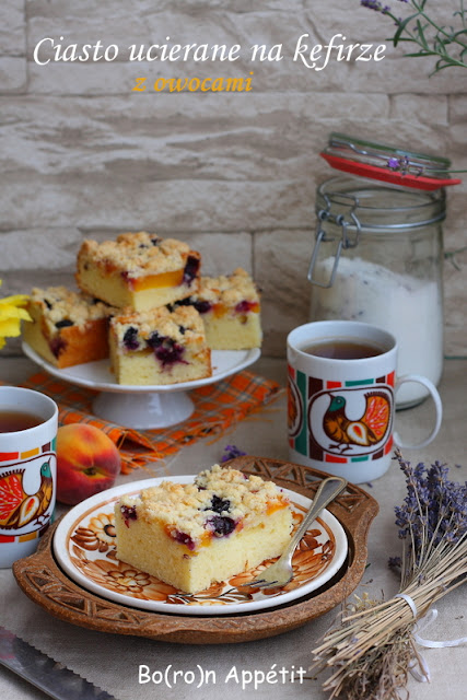 ciasto ucierane z brzoskwiniami i borówkami