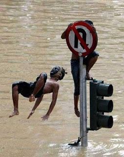 zonahitamdunia.blogspot.com - Kumpulan Foto Unik Saat Banjir1