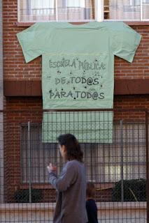 Algunas mesas de Madrid no dejan votar con la camiseta verde de la enseñanza