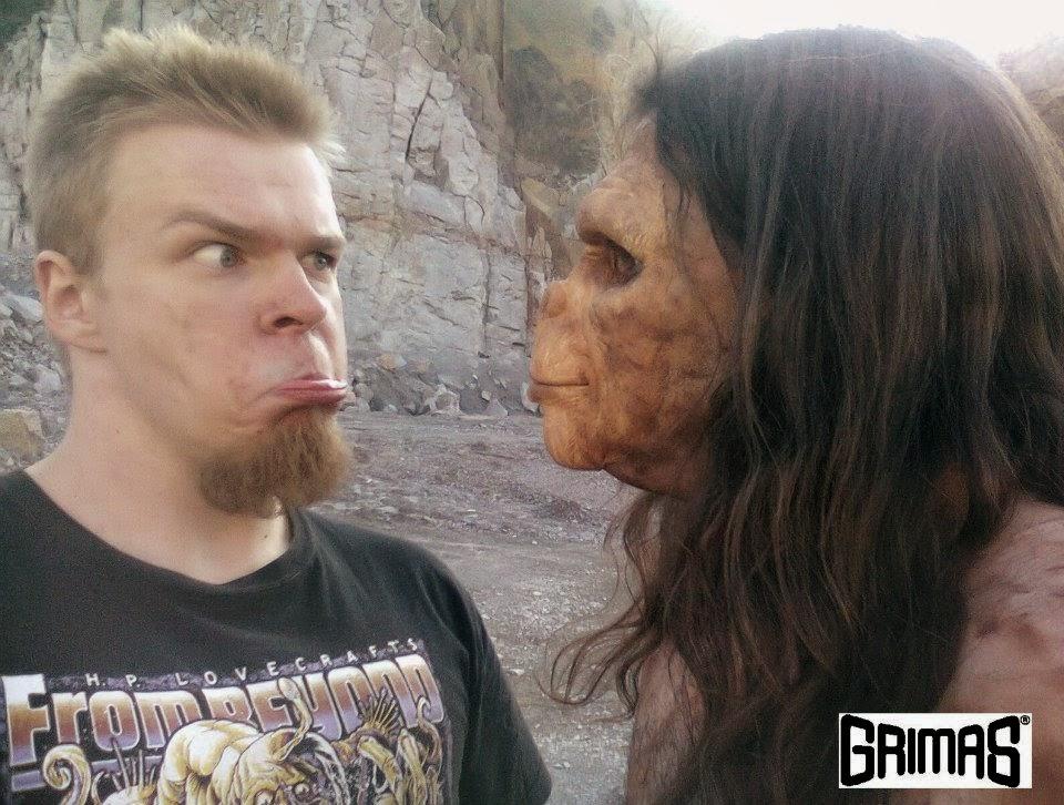 Ari Savonen ja apina. Evoluution huomaa, heh heh.