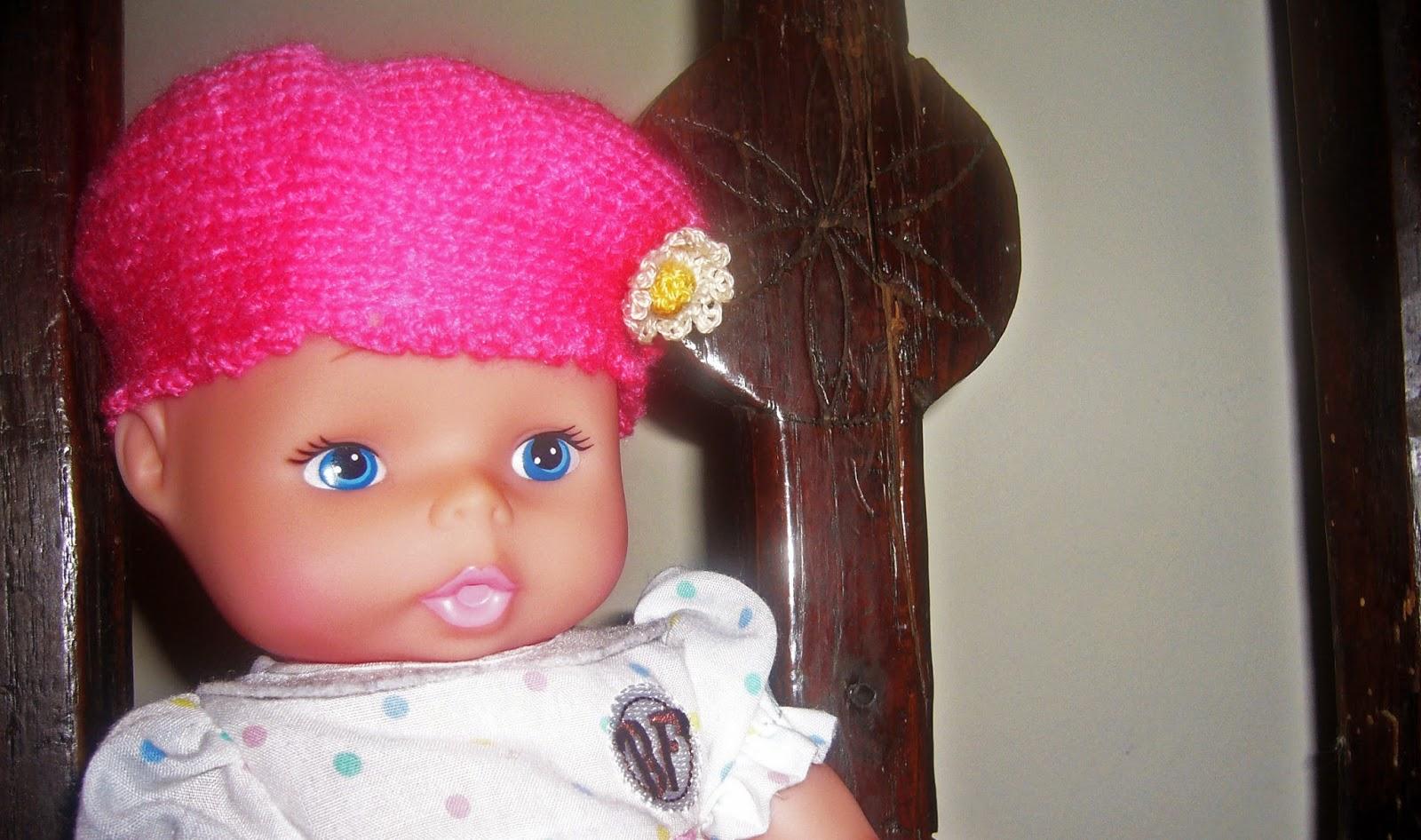 muñeca con gorro rosa de ganchillo