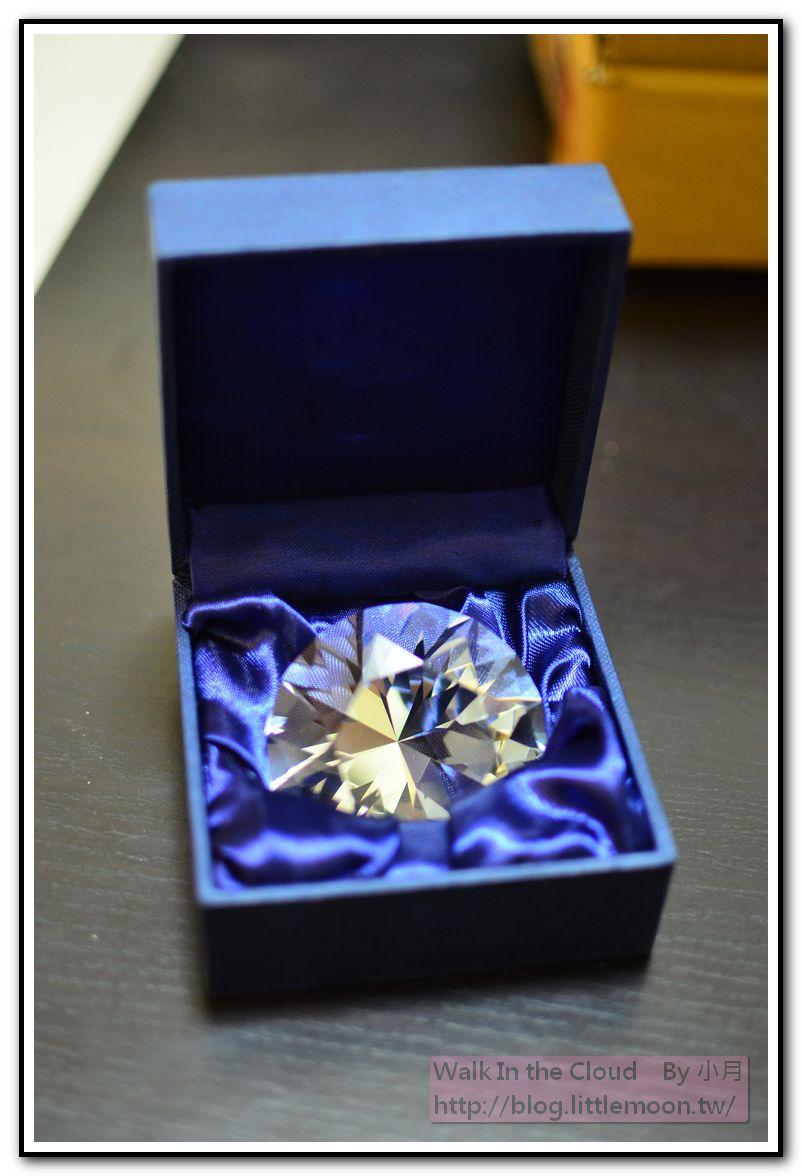 漂亮的盒子襯托著大鑽一枚