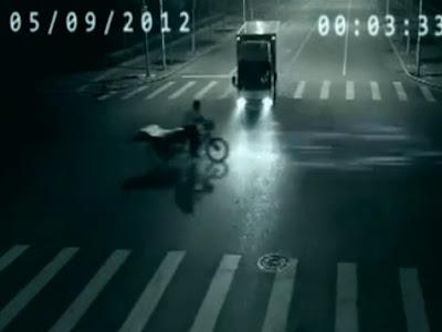 luz salva a un hombre en china de arrollado