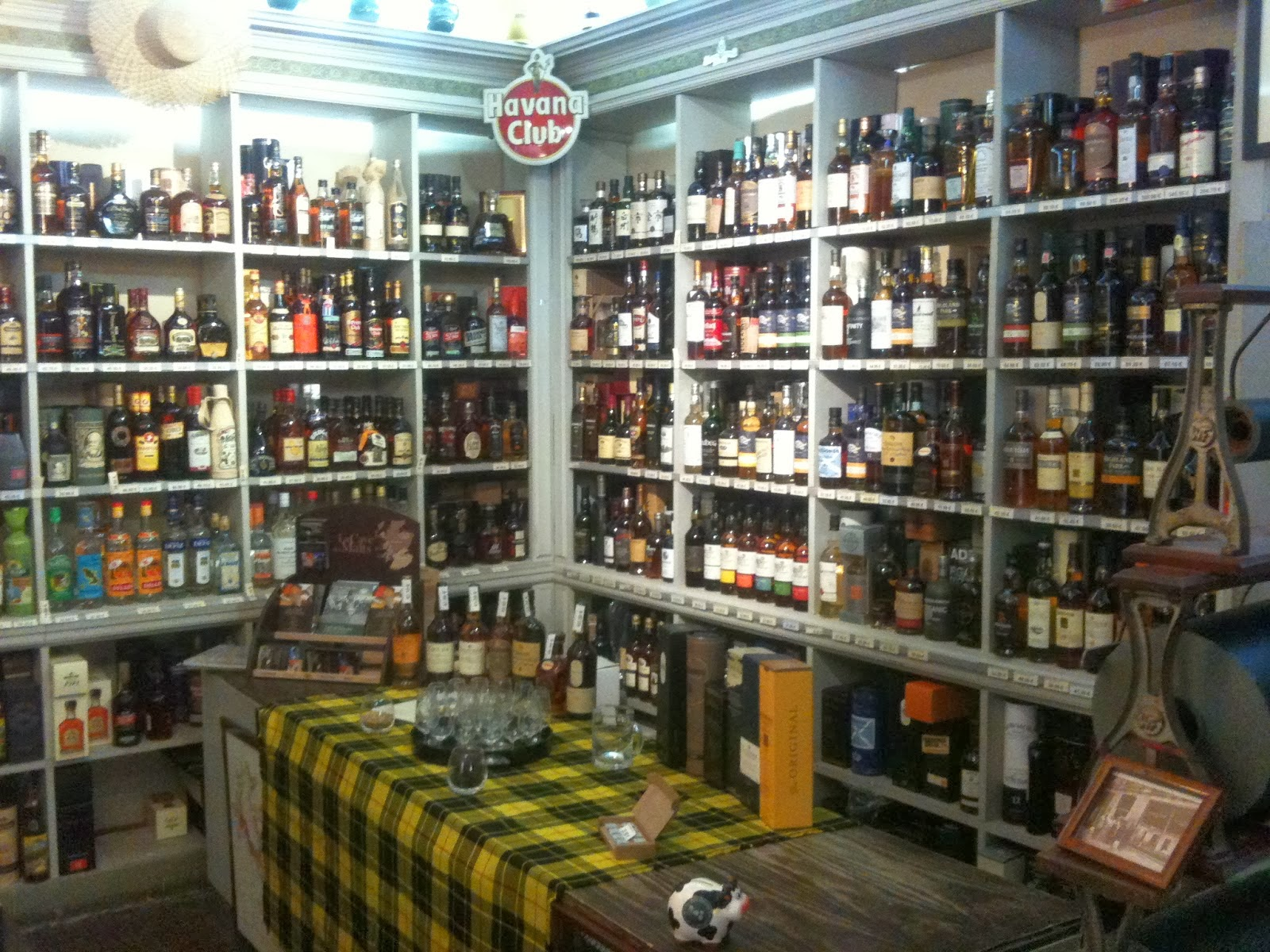 aux grands vins de france la plus grande cave whisky du languedoc est montpellier. Black Bedroom Furniture Sets. Home Design Ideas