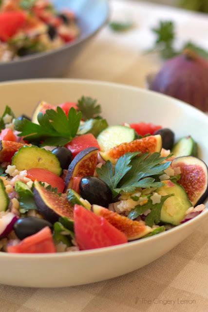 Лека салата от стелини, белени домати, смокини и краставички