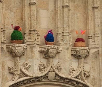 nids en terre et oeufs colorés installés sur la façade de l'office de tourisme de rennes_street art