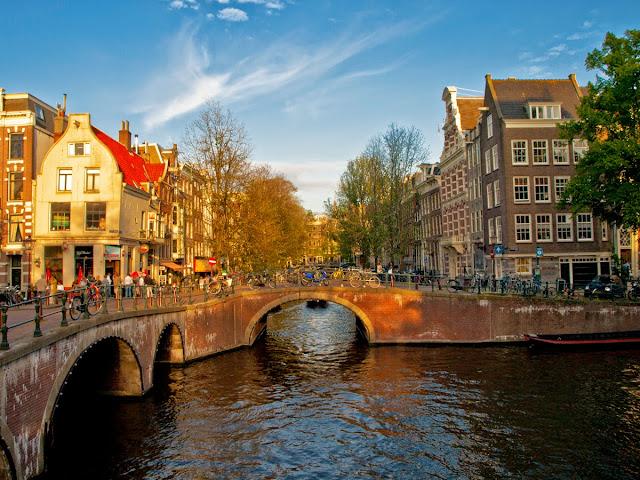 Canales de Amsterdam al atardecer