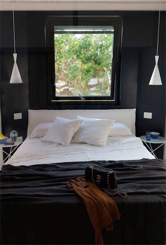 dormitorio pintado en azul profundo