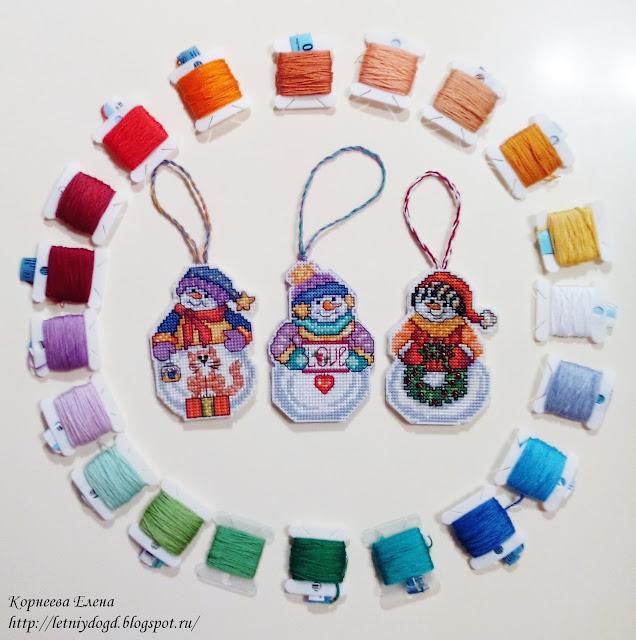 вышитые на пластиковой канве снеговики -игрушки на елку