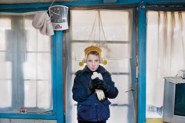 طفل يعيش مع عائلته في كوخ بجوار السكة الحديدية وتحت صفير القطارات، تصوير | أوريلي غورتس