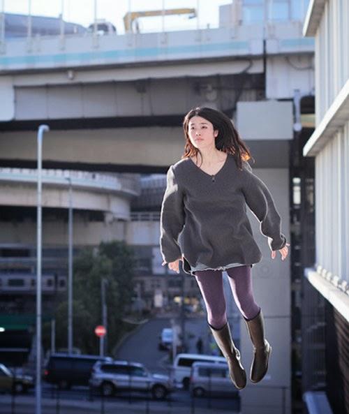 Fotografia de uma menina que aparenta estar voando, pois seus pés estão livres no ar. Na verdade, a foto foi feita enquanto ela pulava.