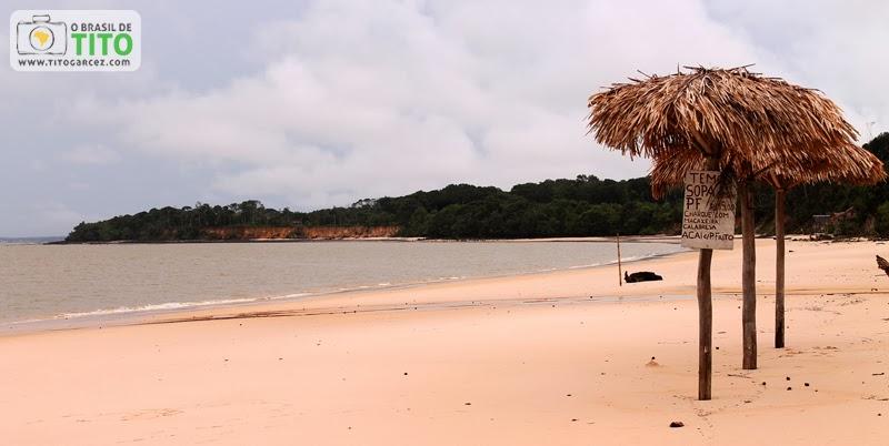Barracas de palha na praia do Vai-Quem-Quer, na ilha de Cotijuba, no Pará