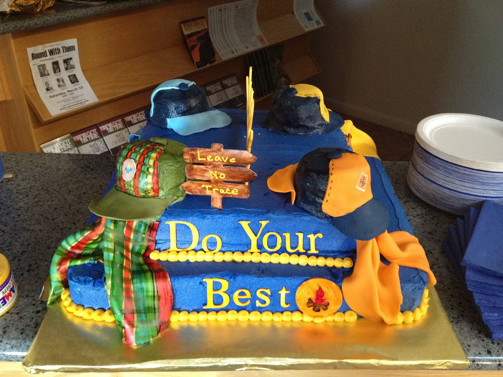 Cake Decorating Ideas For Boy Scouts : Dreaming in Buttercream: Cub Scout Blue and Gold Cake