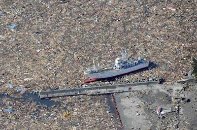 Barco varado por culpa de la potencia del tsunami de Japón. La naturaleza en estado puro.
