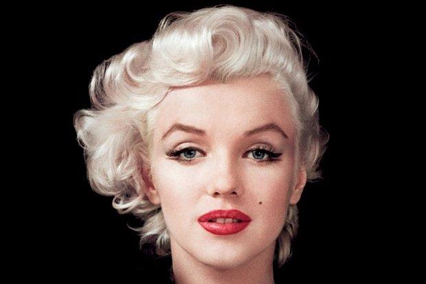 Marilyn z doczepionymi sztucznymi rzęsami