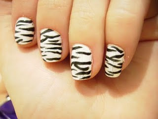 Unhas decoradas com animal print de zebra