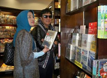 Marissa Haque & Ikang Fawzi Menemukan Surganya di Toko Buku Periplus, Airport Adisutjipto, Yogya