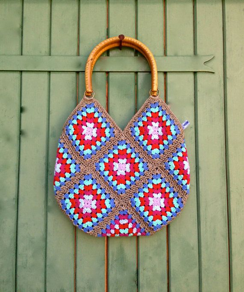 Crochet bag: granny square (photo by Hooknulha) | Happy in Red