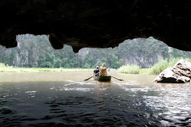 """""""Túneles"""" del río en Tam Coc."""