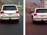 Sadis, Ayah Paksa Anak Cewek Gelantungan Saat Mobil Kencang
