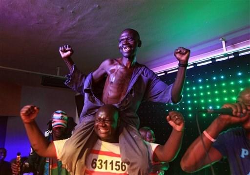 Homem celebrando vitória