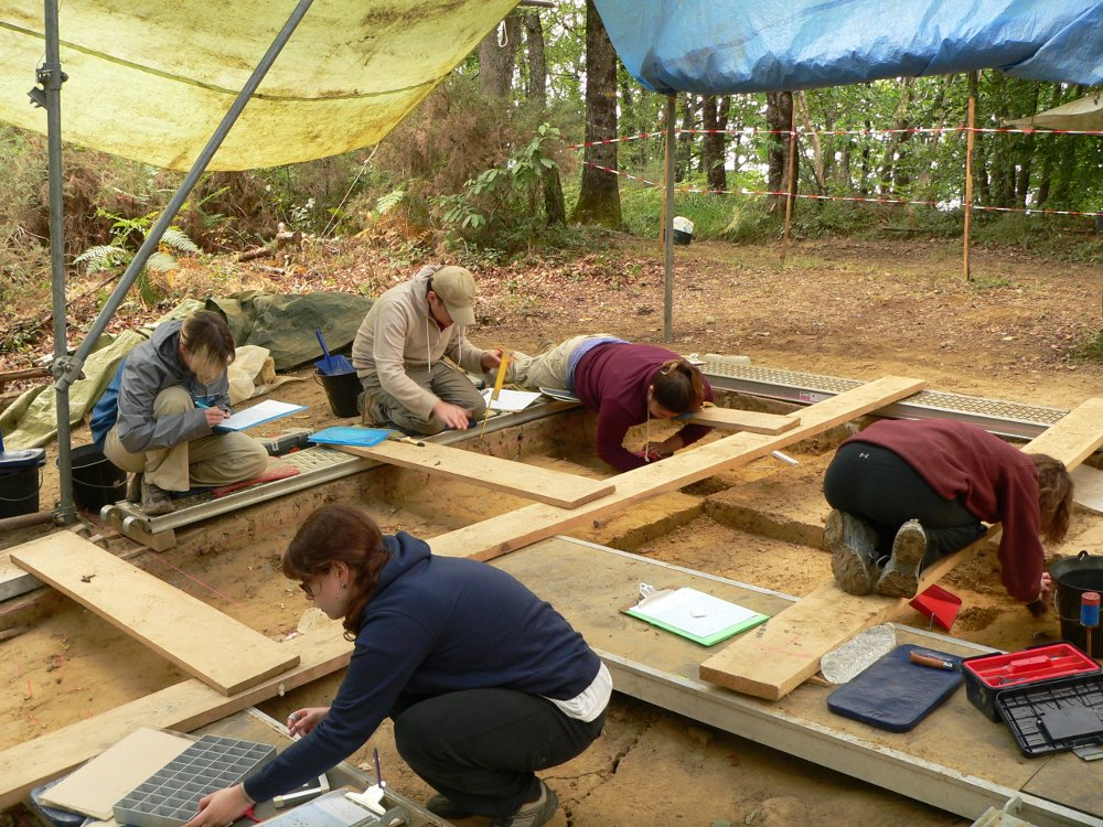 Archaeology students at work in southwestern France - Peyre Blanque (2015) - www.peyreblanque.org