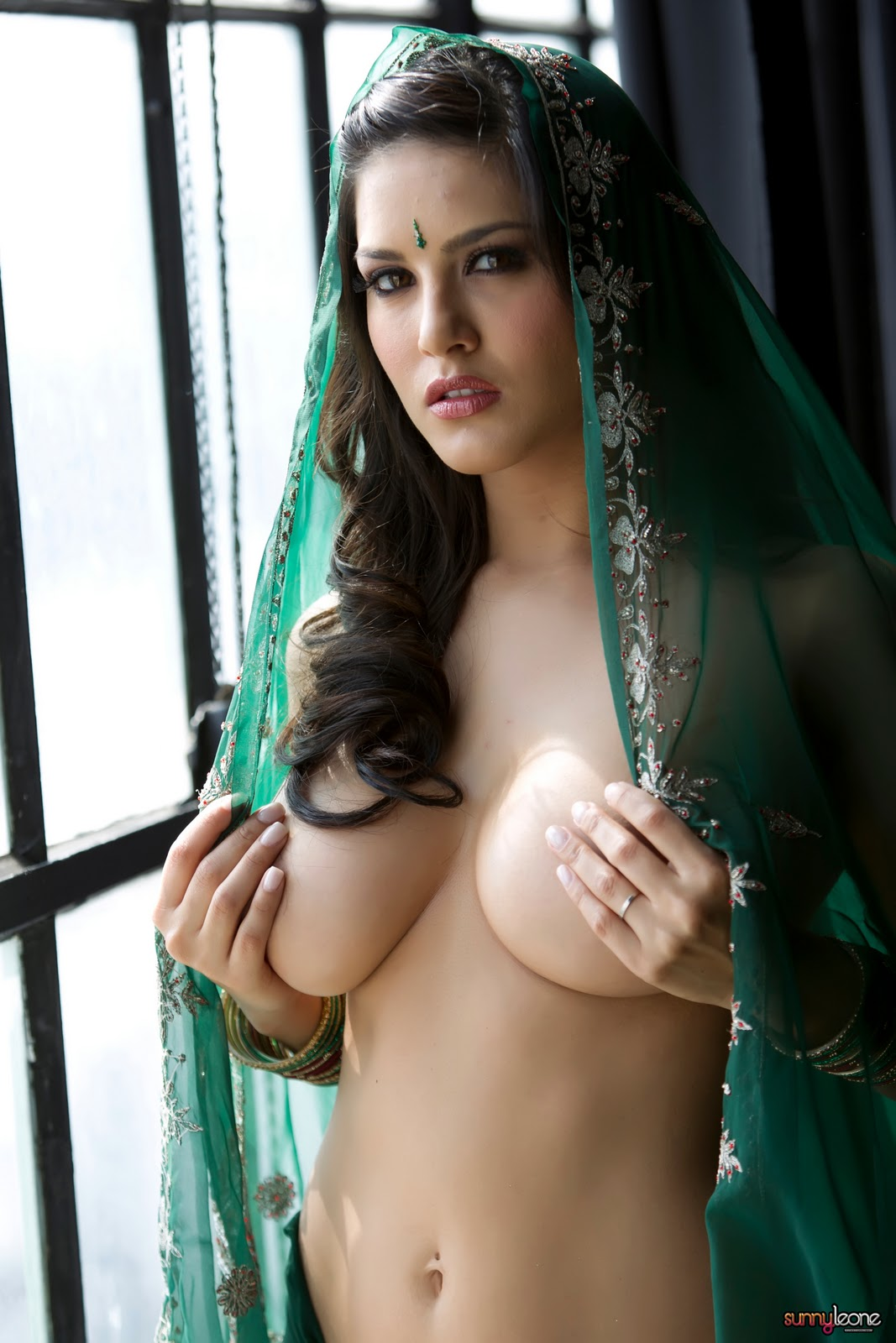 sexclusive stills sunny leone erotically exposes her boobs through