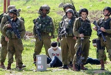 Soldados israleenses prendem e vedam olhos de menino palestino