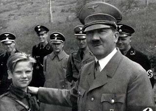 Hitler Bersama Anak-Anak
