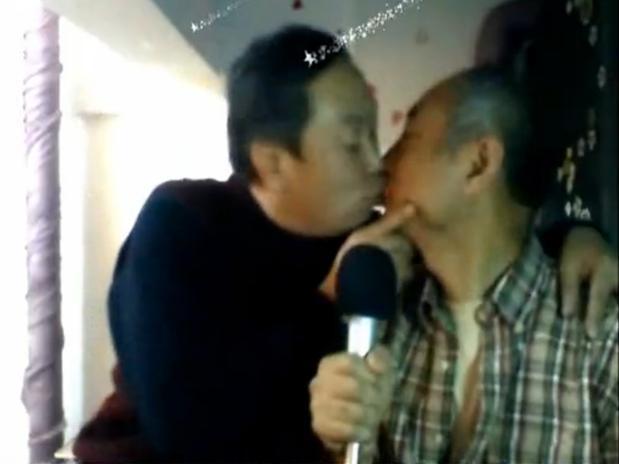 Os apaixonados mostraram o carinho que sentem um pelo outro e compartilharam em sua conta do weibo intitulada de 'O amor de dois avôs' (Foto: Reprodução)