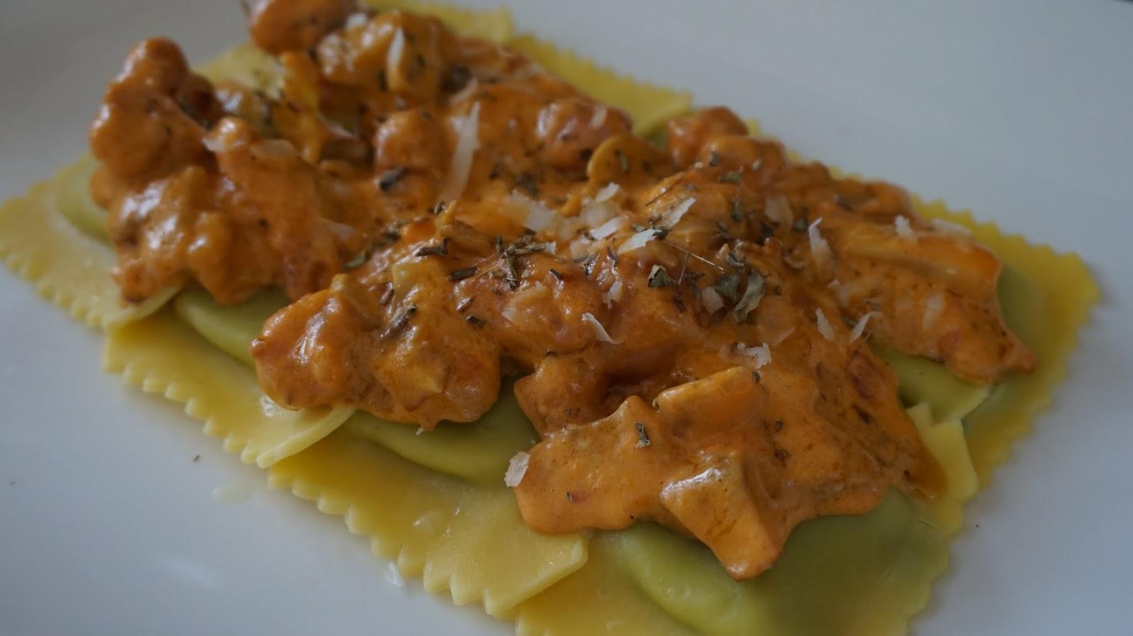 Cocinando con las bollis raviolis de ricotta e spinaci - Salsa de tomate y nata ...