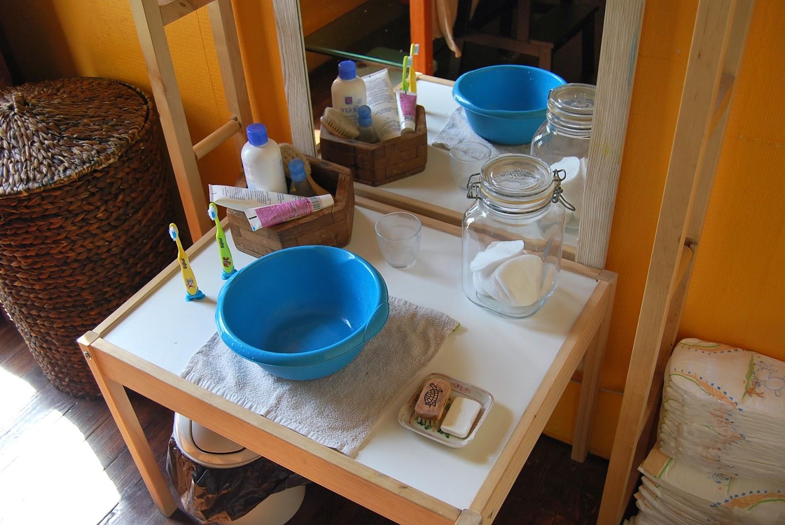merci qui merci montessori ma maison montessori la salle de bain. Black Bedroom Furniture Sets. Home Design Ideas