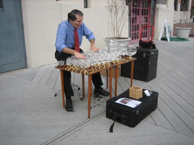 Impresionante interpretación de Mozart con vasos de agua