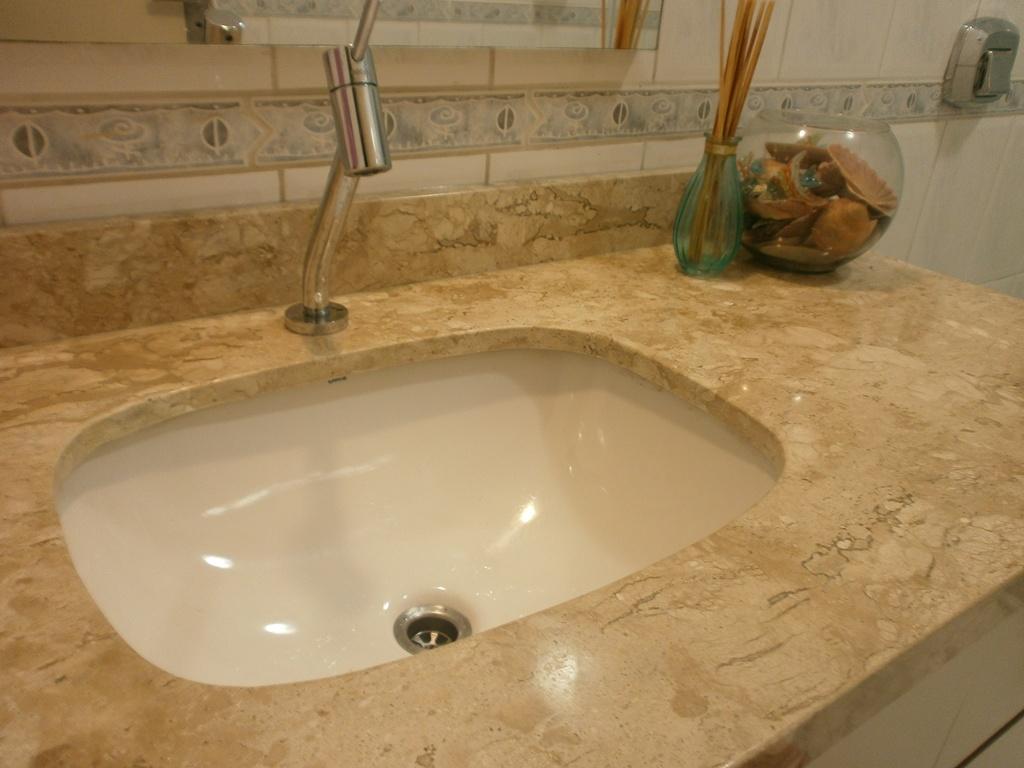 banheiro sugeri uma substituição da bancada da cuba e da torneira #6C4B20 1024x768 Acabamentos Banheiro Deca