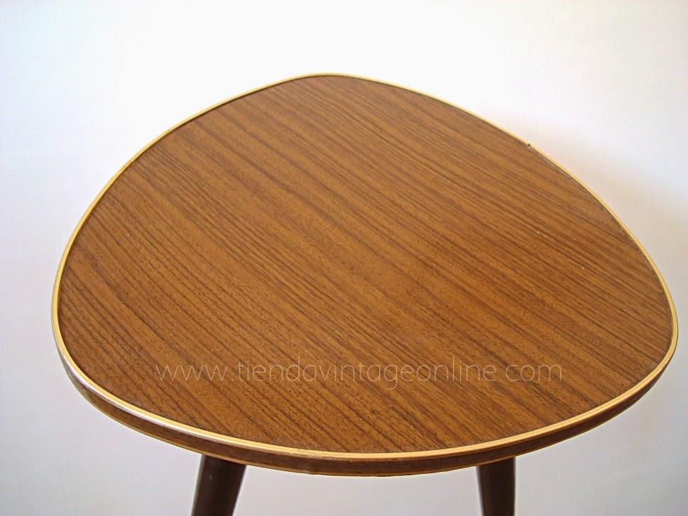 Mesitas púa tipo pastilla smint alemanas con fórmica y acabados de latón con paras macizas de madera. Muebles vintage en valencia.