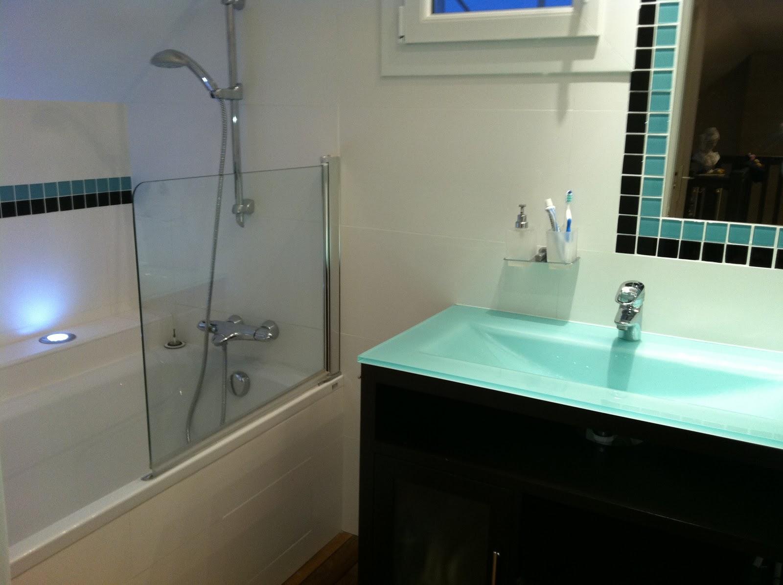 Salle de bain beige et turquoise avec des for Salle de bain 4 5m2