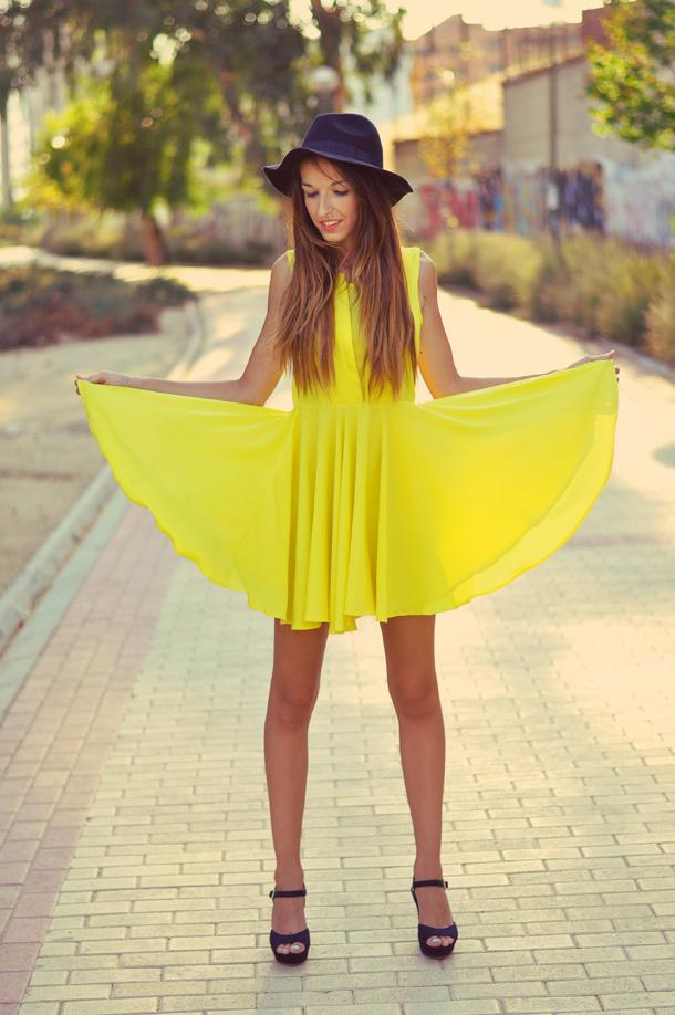 Sonar viendo a una mujer vestida de amarillo