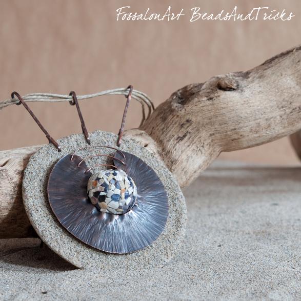 medaglione fossalonart beadsandtricks, corda, sabbia, rame, conchiglie