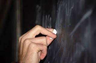 Qual o papel do educador numa sociedade que não privilegia a educação?