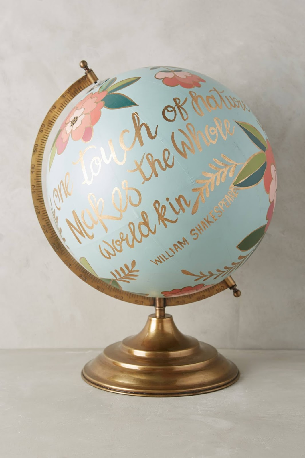 Decoracao com globo terrestre customizado com desenhos e frases - DIY