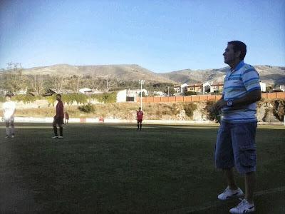 El entrenador del BI, Angel Crespo dando instrucciones durante el partido