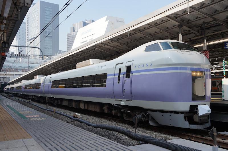 新宿駅に停車中のE351系特急スーパーあずさ