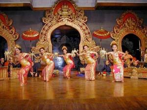 Tari Pendet, a balinese welcome dance, balinese dance, balinese art, gamelan