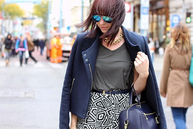 outfit-trend-fashionblogger-fashioncamp-vienna-citytrip-printrock-zara-dunkelblau-jacke-khaki-basic-cutout-heels-box-tasche