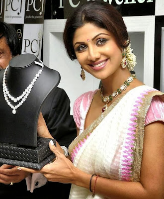 Shilpa Shetty inaugurates PC jewellery showroom in Mangalore