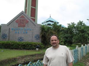 د. رشيد الطوخي في زيارة للمسجد الكبير بجزيرة باتم في اندونيسيا