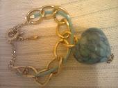 pulseira dourada coraçao azul